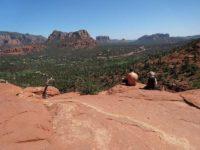 岩の小広い山頂