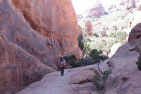 ランドスケープアーチからすぐ。岩の回廊を行く
