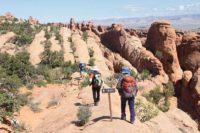 見晴らしのいい岩の道が続く