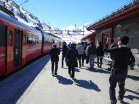 左の赤い車両がVOSSから乗ってきた列車