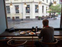 外を眺めながら朝食