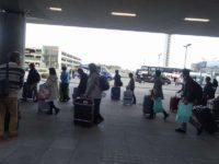 空港を出てバス迄移動