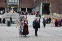 オスロ市庁舎から出てくる民族衣装を着た人たち
